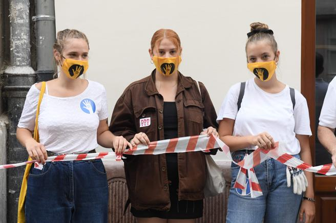 Cadena humana de protesta de los estudiantes de teatro.