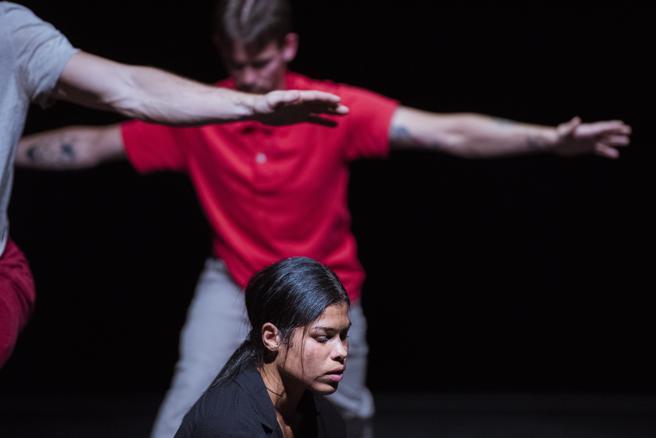Anand  Bolder, Adam Schütt and  y Suelem de Oliveira en The Match, una pieza de Deborah Hay.del 2020
