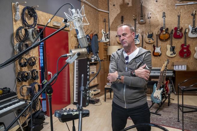 El empresario y músico británico Martin McLeish, que ahora dirige una empresa de importación de bebidas radicada en Badalona, fotografiado en un estudio de Barcelona