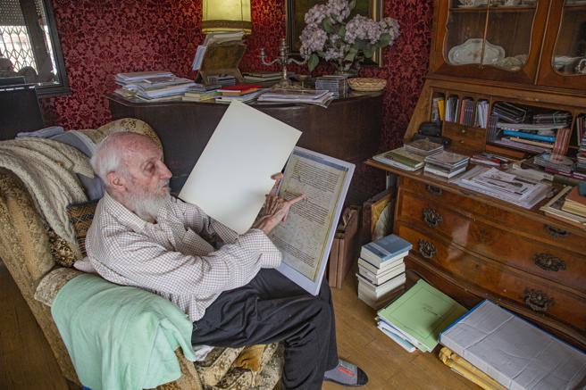 Josep Soler en su casa de Barcelona, donde guarda en armarios una vasta biblioteca y archivos de partituras musicales