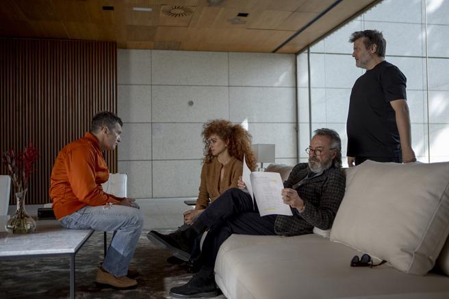 Banderas, Cruz y Martínez ante el realizador Gastón Duprat, durante el rodaje 'Competencia oficial', codirigida por Mariano Cohn