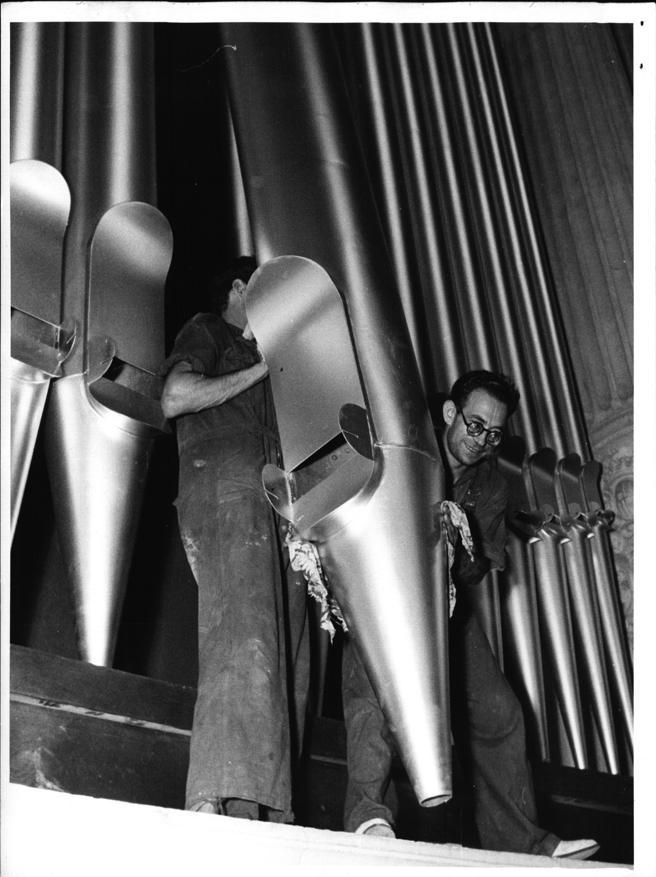 Montaje de los tubos durante la reparación integral efectuada en 1956 / CARLOS PÉREZ DE ROZAS