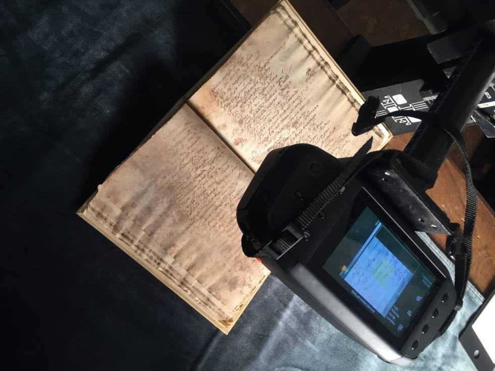 Cámara hiperespectral IQ de Specim tomando imágenes de uno de los manuscritos