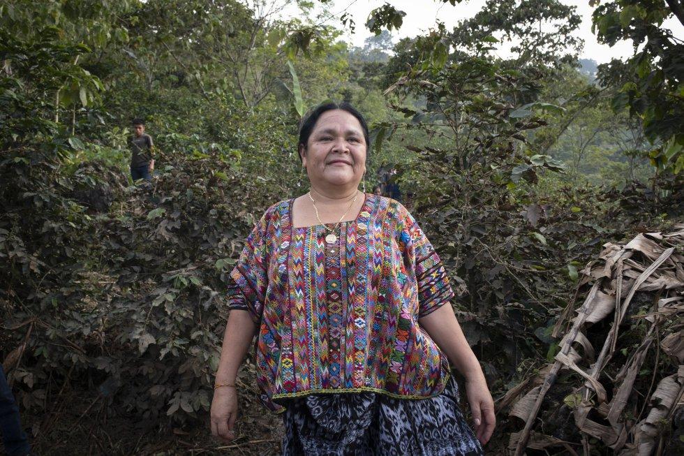 """Ana Rosalía Tiul, portavoz de las comunidades campesinas poqomchi, se encuetra en una zona donde unas 1.200 familias de 30 comunidades han sufrido graves daños: """"Perdieron sus cosechas, sus animales. No podemos pelear contra la madre naturaleza pero aquí, además, ha habido retención de los ríos por las hidroeléctricas de grandes empresas como Oxec o Renace. Si no hubieran estado, no habrían quedado afectadas tantas familias"""", asegura a Alianza por la Solidaridad-ActionAid. En tierras poqomchi, con el huracán sólo se salvó una plantación de palma africana. """"Eso no nos beneficia en nada; lo que se han dañado son nuestras tierras indígenas"""", termina."""