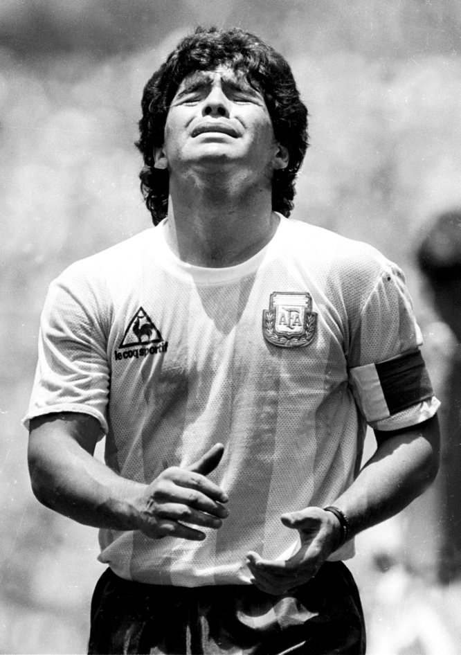 El futbolista argentino Diego Armando Maradona se lamenta tras recibir una tarjeta amarilla en la final de la Copa del Mundo contra Alemania Federal en Ciudad de México, el 29 de junio de 1986.