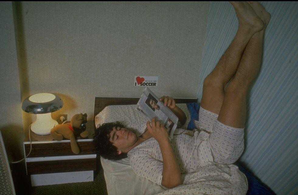 Diego Maradona descansa en la cama de su casa en 1980.