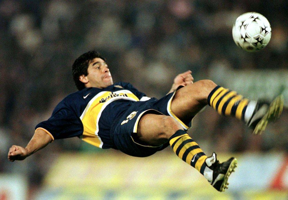 Maradona, del Boca Juniors, despeja la pelota en un partido contra el Vélez-Sarfield, de la Liga argentina, en 1997.