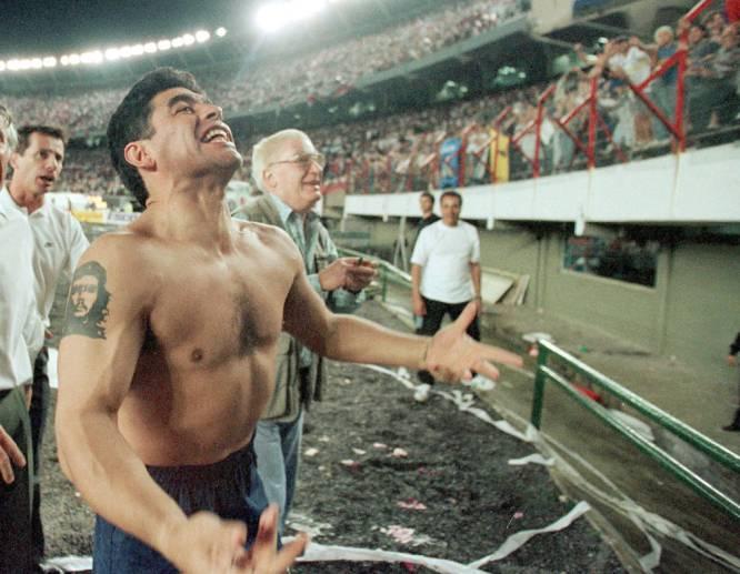 Maradona celebra con la hinchada el triunfo de Boca Juniors frente a su rival River Plate. El último partido del argentino y su despedida como jugador.