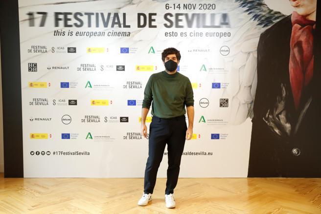 El cineasta Pablo Maqueda posa en la Academia del Cine, en Madrid, durante el pase gráfico de 'Dear Werner'