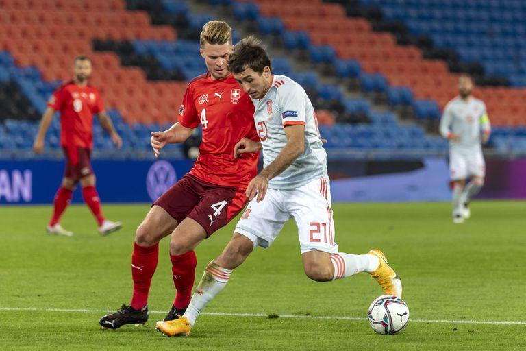 Oyarzabal trata de regatear al defensa suizo Nico Elvedi este sábado en el St. Jakob-Park, en Basilea.