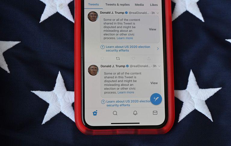 Tuits de Trump etiquetados con la advertencia de que pueden resultar engañosos.
