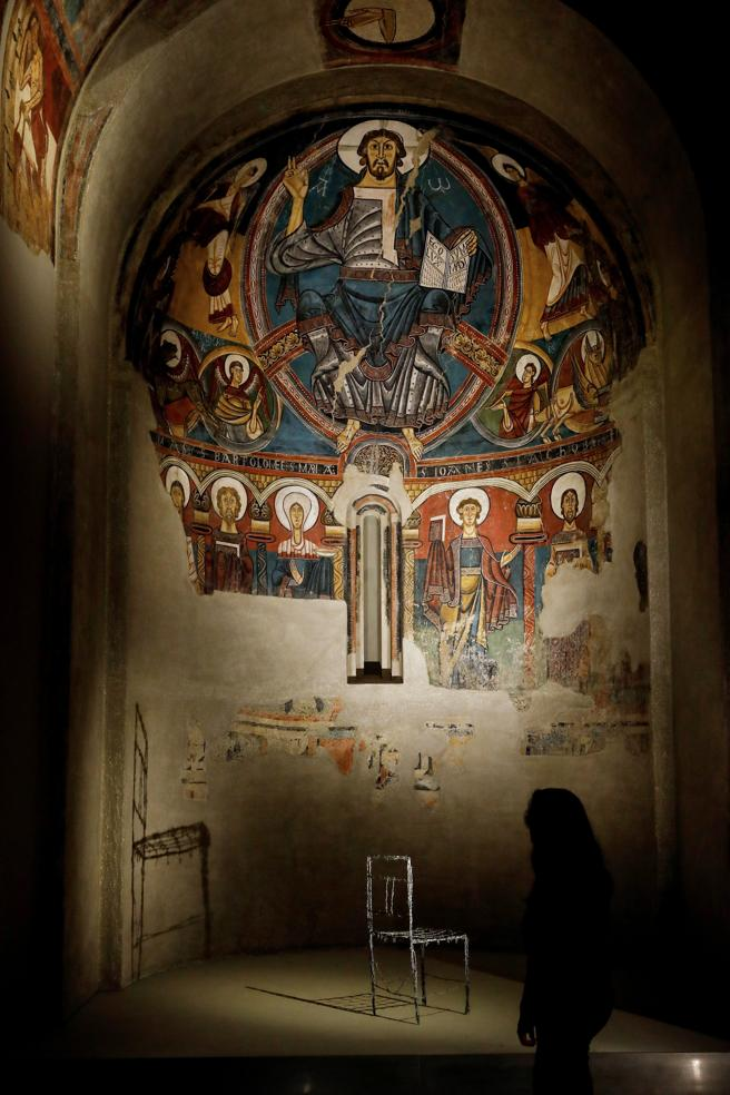 La 'Chaise de salon d'art' (1974 )  de Jaume Xifra proyecta su sombra en  el ábside de la iglesia de Sant Climent de Taüll