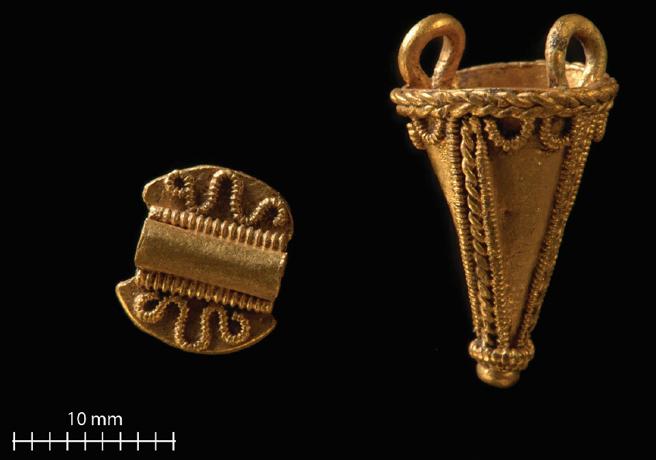Piezas de oro recuperadas anteriormente en Jell Mound con detectores de metales