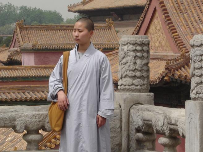 Un visitante de la Ciudad Prohibida, en Pekín, en el año 2005