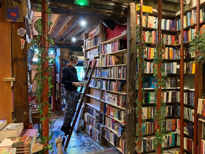 El copropietario de la mítica librería parisina Shakespeare and Company, David Delannet
